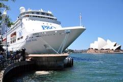 在港口悉尼歌剧院的渡轮 免版税库存照片
