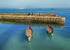在港口旁边的划艇 图库摄影