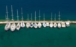 在港口束缚的小船在科孚岛 库存照片