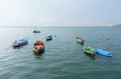 在港口江边的小渔船 库存图片