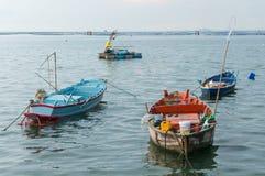 在港口江边的小渔船 免版税库存图片