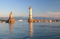 在港口的入口的美丽如画的看法在湖的Bodensee,德国林道海岛 图库摄影