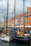 在港口的小船Nyhavn的 免版税库存图片