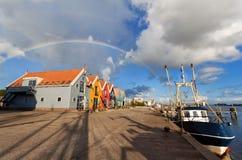 在港口的彩虹在渔村Zoutkamp 免版税库存照片