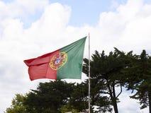 在港口的旗子在卡斯卡伊斯在里斯本葡萄牙附近的爱都酒店 免版税库存图片