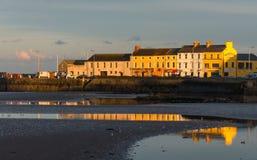 在港口的海滨人行道在Donaghadee唐郡 免版税库存图片