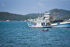 在港口的渔船在海洋海山背景中在泰国 免版税库存图片