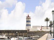 在港口的灯塔在卡斯卡伊斯在里斯本葡萄牙附近的爱都酒店 库存图片