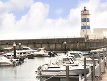 在港口的灯塔在卡斯卡伊斯在里斯本葡萄牙附近的爱都酒店 图库摄影