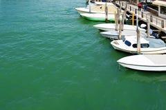 在港口的白色小船在穆拉诺岛,威尼斯,意大利 库存图片