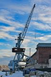 在港口的老单独桥式起重机 图库摄影