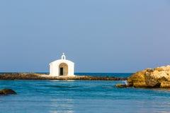在港口的老威尼斯式灯塔在克利特,希腊 小克里特岛村庄Kavros 库存照片