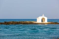在港口的老威尼斯式灯塔在克利特,希腊 库存图片