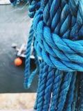 在港口的被栓的蓝色绳索 免版税库存图片