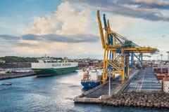 在港口的货船雷乌尼翁冰岛的 库存图片