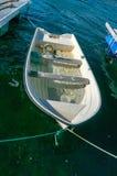 在港口着陆的一条木小船的击毁 免版税库存照片
