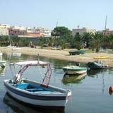 在港口附近的小船 免版税图库摄影