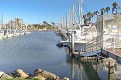 在港口靠码头的帆船 库存图片