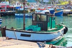 在港口靠码头的渔船 库存照片