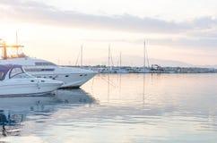 在港口靠码头的小船在黄昏 希腊thassos 库存照片