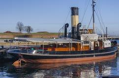 在港口靠码头的老蒸汽小船 免版税库存图片