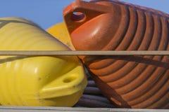 在港口-红色和黄色浮体的渔船 图库摄影