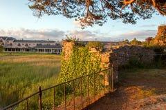 在港湾Leane的麦卡锡平均观测距离爱尔兰城堡废墟在基拉尼爱尔兰 库存照片