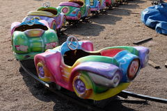 在游乐园的五颜六色的去推车 免版税库存照片