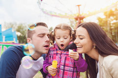 在游乐园的家庭 免版税库存照片