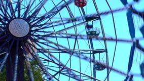 在游乐园的弗累斯大转轮行动的 股票视频