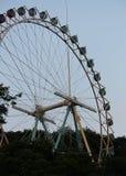 在游乐园的弗累斯大转轮 免版税库存照片