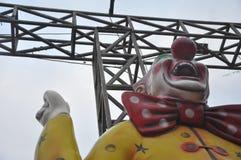 在游乐场的小丑雕象 免版税库存照片