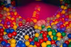 在游戏室的青少年的女孩休息 免版税库存图片