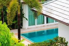在游泳场中间庭院的雨秋天别墅的 免版税库存照片