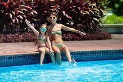 在游泳场的家庭 母亲和儿童游泳 图库摄影