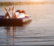 在游泳床垫的年轻夫妇 库存图片