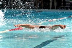 在游泳比赛期间的蝴蝶游泳者 免版税库存图片