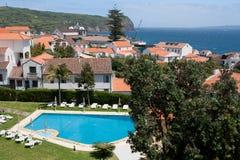 在游泳池、房子和海洋的视图 免版税库存图片