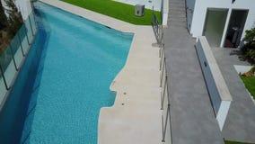 在游泳池上的低空飞行 股票录像