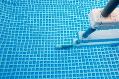 在游泳池关闭的台阶 免版税库存照片