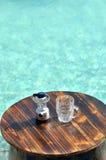 在游泳池旁边的啤酒商品 免版税库存照片