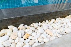 在游泳池旁边的白色石头 库存图片