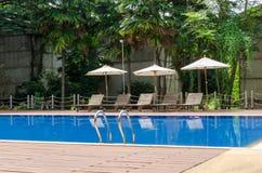 在游泳池旁边的Sunbed 图库摄影