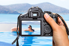在游泳池的假期 图库摄影