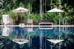 在游泳池的反射 免版税库存图片