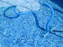 在游泳池的吸尘器 库存照片