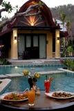 在游泳池的咖啡馆,在庭院和平房旁边 免版税图库摄影