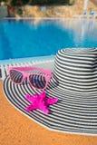 在游泳池的夏天帽子 库存图片