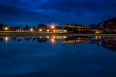 在游泳池的夜反射 库存图片