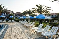 在游泳池的太阳床在一家热带旅馆里在希腊 库存照片